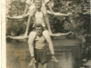 95. W parku w Miętnem na tle stawu. Początek lat 60-tych. Na samym dole Kazimierz Wojtaś, w środku Jan Mucha. Zdjęcie udostępnił Marek Popiński