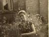 Cecylia Sokół, zdjęcie zrobione w Garwolinie w roku 1960, przed domem p. Rękawków na ulicy Staszica. Ze zbiorów Krzysztofa Gawrysia
