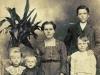 4. Maria Kowalczyk z dziećmi. Zdjęcie od Ś.P. Piotra Wojciechowskiego