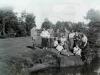 Grupa ludzi nad rzeką. Ze zbiorów Stefana Siudalskiego
