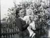 Kobieta z dzieckiem na tle kwitnącej wiśni. Ze zbiorów Stefana Siudalskiego