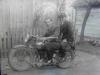 Pierwszy motocykl, na na nim Stasio i Stefan. Ze zbiorów Stefana Siudalskiego