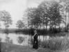 Kobieta nad rzeką. Ze zbiorów Stefana Siudalskiego