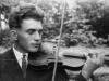 Mężczyzna gra na skrzypcach. Ze zbiorów Stefana Siudalskiego