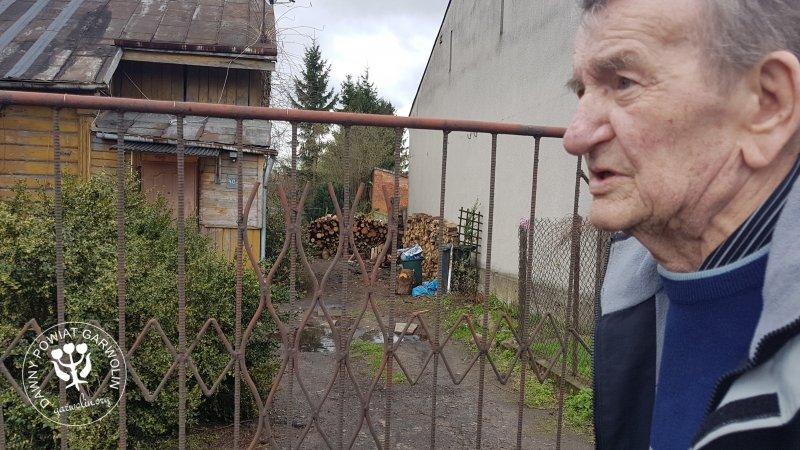 Władysław (Flak) Kaczorowski przed posesją przy ul. Staszica