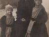 20. zdjęcie zostało wykonane w Rudzie Talubskiej. Są to lata 30. Być może 1931, bo wtedy zmarła Filipina Gontarska zd. Rękawek, a widać, że noszą żałobę. Udostępnił Michał Gontarski