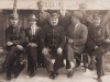 21. Jan Gontarski siedzi drugi z lewej. Inni obecni na zdjęciu to zapewne kolejarze z Rudy Talubskiej. Udostępnił Michał Gontarski