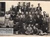 3. Zdjęcie ze szkoły w Sobolewie mniej więcej z roku 1941/42 dzieci rocznik 1929. W środku siedzi kierownik szkoły Jan Gondek, pierwszy z lewej (w okularach) to nauczyciel Kwiek. W Sobolewie w tych latach uczył również Kazimierz Marzysz i jego żona. Na zdjęciu jest siostra dziadka pani Edyty która udostępniła nam zdjęcie.