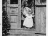 Rok 1948. Unin. Julia Domarecka z córką Hanią w starym domu Talarków. Fotografie ze zbiorów E. Domareckiej