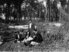 Rok 1946. Unin. Stoi Stanisław Piesiewicz, siedzą od lewej - Irena Grabowska, Julia Grabowska, Józef Domarecki, poniżej Genowefa Piesiewicz. Fotografie ze zbiorów E. Domareckiej