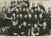 """""""1941 rok, II klasa Liceum Korespondencyjne"""" 5 dziewczyna stojąca od lewej to p. Barbara Witczak-Witaczyńska"""